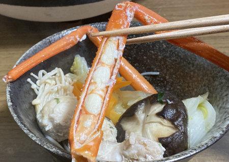 トゲズワイガニ食レポ 土鍋から取り皿に取り分けたトゲズワイガニ