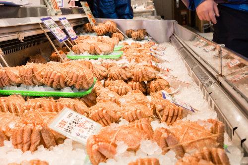 鮮魚店の毛ガニ